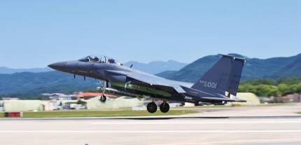 공군 F-15K 전투기가 타우러스 공대지미사일을 탑재한 채 이륙하고 있다. 공군 제공