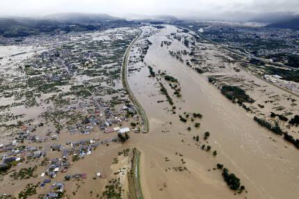 태풍 '하기비스' 日열도 강타… 52명 사망·실종 - 폭우를 동반한 19호 태풍 '하기비스'의 영향으로 13일 일본 나가노시 호야쓰 지구의 하천 지쿠마가와의 제방이 범람해 거주지와 논밭이 물에 잠겨 있다. 전날 일본 열도에 상륙한 하기비스의 영향으로 52명이 사망하거나 실종됐으며 1000만명 이상이 피난 관련 권고를 받았다.  나가노 교도 AP 연합뉴스