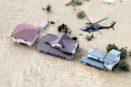 - 13일(현지시간) 중부 나가노 지역이 태풍 하기비스 때문에 일본 치쿠마강 제방이 무너진 후 주거지역이 흙탕물에 잠겨있다. 강력한 태풍이 도쿄를 포함한 일본의 광범위한 지역에 폭우와 바람을 몰아쳐 홍수가 난 지역에 구조를 위한 노력이 전폭적으로 이루어지고 있다. AP 연합뉴스