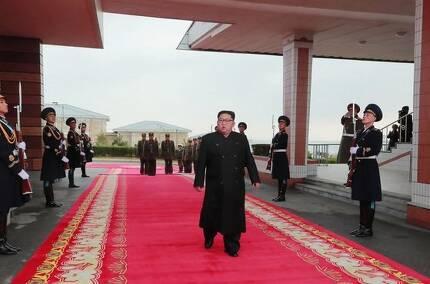 2년만에 전투비행술경기대회 참관한 김정은 국무위원장이 의장대 사이로 걸어가고 있다. [연합뉴스]
