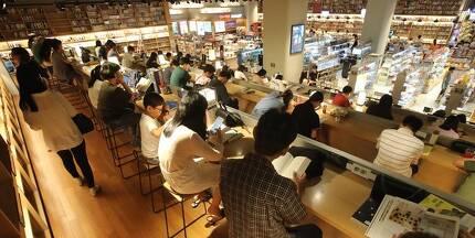 부산 해운대구 신세계백화점 센텀시티 내부 서점에 시민들이 몰려 독서를 하고 있다. 부산 = 송봉근 기자