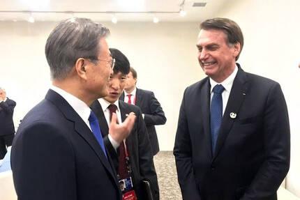 문재인 대통령이 6월 28일 인텍스 오사카에서 열린 G20 정상회의 세션에 앞서 자이르 보우소나루 브라질 대통령과 대화하고 있다. 연합뉴스