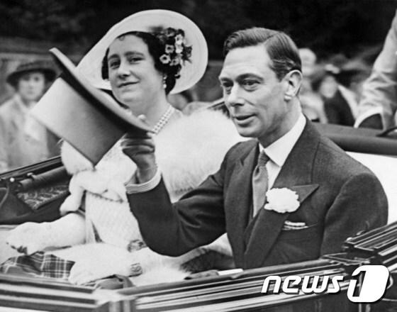공주 시절의 엘리자베스 영국여왕이 지난 1938년 6월26일(현지시간) 런던에서 아버지인 조지 6세 국왕과 함께 차를 타고 이동하면서 시민들에게 미소로 인사하고 있다.  © AFP=뉴스1
