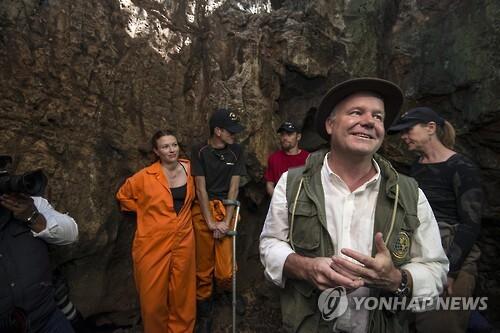남아프리카공화국 비트바테르스란트대학교 리 로저스 교수(사진 오른쪽에서 두번째)는 2013년 남아공의 아주 좁고 깊숙한 동굴에서 '호모 날레디' 유골 화석을 발견했다. 이후 각국 60여명의 인류학자들과 공동탐사팀을 구성, 유골을 발굴하고 정리해 2015년 공개했다. [EPA=연합뉴스 자료사진]