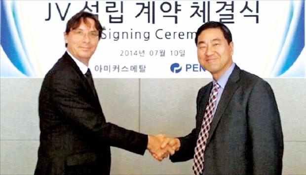 정찬두 세기리텍 대표(오른쪽)와 데니스 두아소 페녹스 최고경영자(CEO)가 합작법인 설립 계약을 맺은 뒤 악수하고 있다. 세기리텍 제공