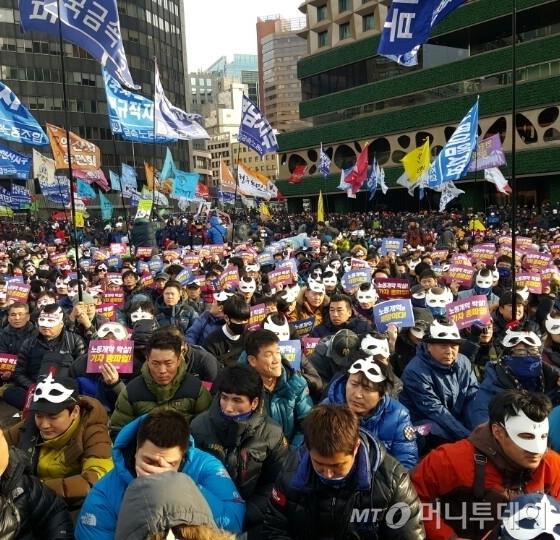 5일 오후 서울광장에서 2차 민중총궐기 집회에 참여한 시민들. / 사진 = 김종훈 기자