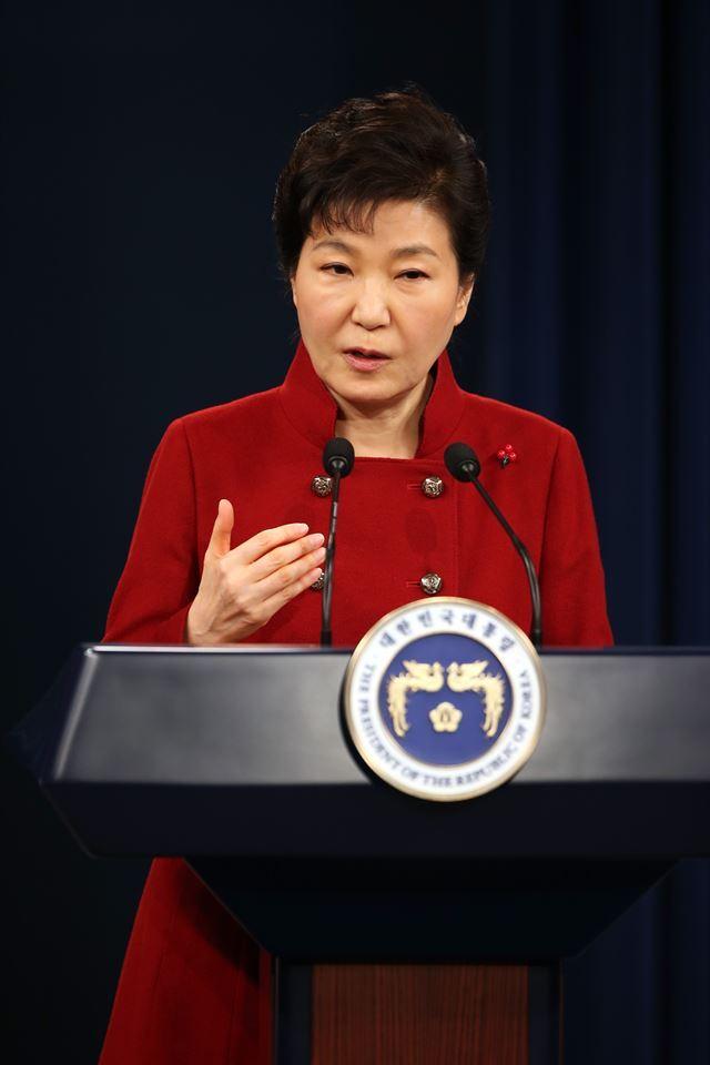 박근혜 대통령이 13일 청와대 춘추관에서 대국민담화문을 발표하고 있다. 홍인기기자  hongik@hankookilbo.com