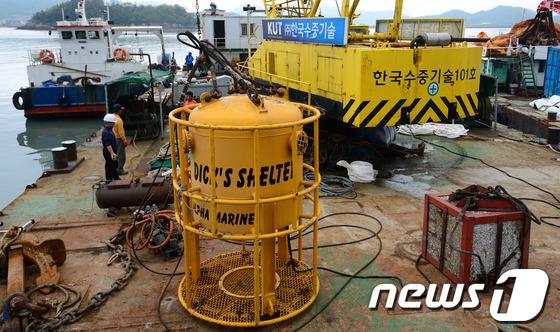 세월호 여객선 침몰 사고 발생 13일째인 지난 2014년 4월 28일 전남 진도군 팽목항에서 알파잠수기술공사 관계자들이 수중 잠수장비 다이빙벨을 점검하고 있다. 2014.4.28/뉴스1