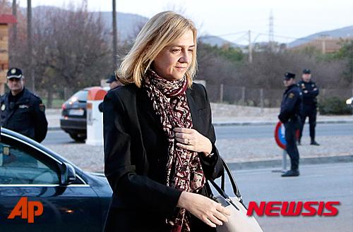 【AP/뉴시스】29일 스페인 법원은 국왕의 누나인 크리스티나 공주가 세금 부정 혐의로 정식 재판을 받아야 한다고 결정했다. 사진은 지난 11일 크리스타나가 임시 법정에 도착하는 모습이다. 2016. 1. 29.