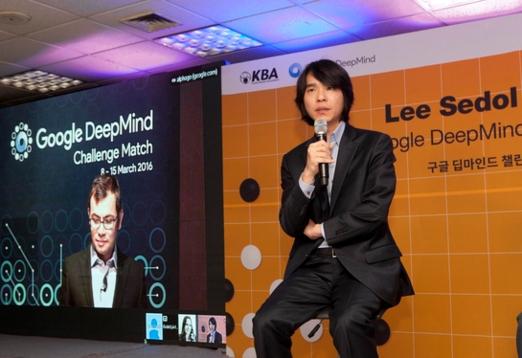 2015년 3월 9일 이세돌 9단과 첫 대국을 치를 예정인 인공지능 알파고는 딥러닝 기법으로 훈련받았다. 사진은 데미스 하사비스 구글 딥마인드 CEO(왼쪽)과 이세돌 9단의 기자회견 모습.