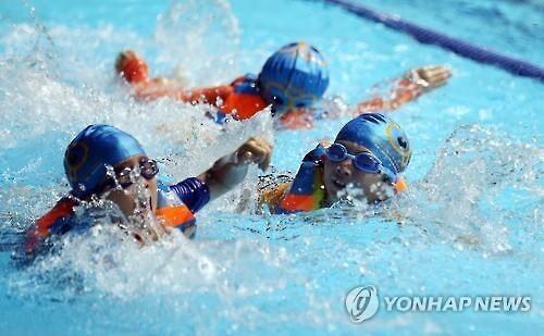 생존 수영 교육 참가한 어린이들