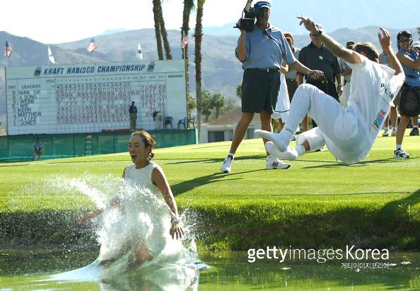 박지은이 2004년 크래프트 나비스코 챔피언십에서 우승한 뒤 캐디와 함께 연못에 뛰어들며 세리머니를 펼치고 있다. /게티이미지 이매진스