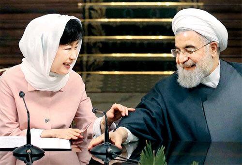 <b>화기애애한 두 정상</b><br> 박근혜 대통령과 하산 로하니 이란 대통령이 2일 오후(현지시간) 테헤란 사드아바드 좀후리궁에서 열린 공동기자회견에서 환하게 웃고 있다. [테헤란 = 김재훈 기자]