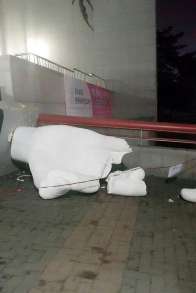 설치 즉시 논란이 됐던 홍익대 `일간베스트저장소(일베)` 상징 조형물이 결국 1일 새벽 파괴됐다.아래는 파괴되기 전 조형물. [사진 출처=온라인 커뮤니티]