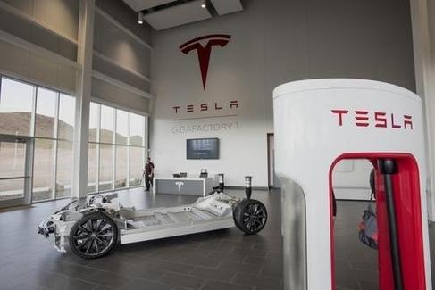 테슬라 기가팩토리에 전시된 전기차 프레임과 충전기 모습./블룸버그