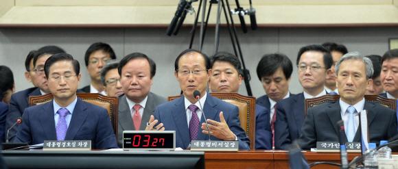 1일 국회에서 열린 운영위원회 전체회의에서 이원종(가운데) 대통령 비서실장이 의원들의 질문에 답하고 있다. 박지환 기자 popocar@seoul.co.kr