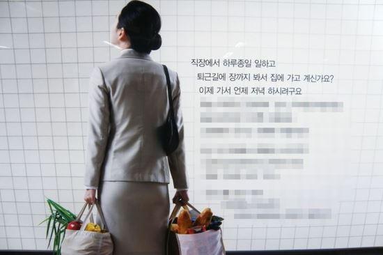 사진=온라인 커뮤니티 캡처. 한 외식업체의 지하철 광고 사진
