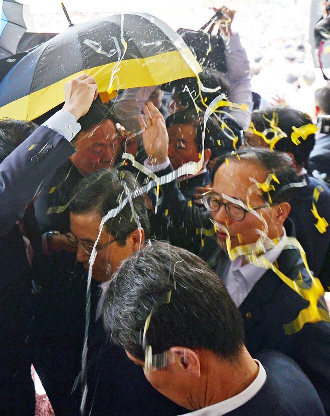 7월15일 경북 성주군청에서 사드 배치 관련 설명을 하던 황교안 국무총리에게 달걀이 날아들자 경호요원들이 우산으로 막고 있다. <매일신문> 제공