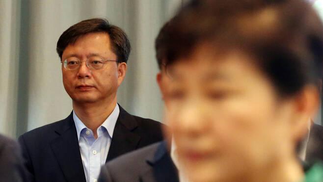 박근혜대통령이 2일 오전 청와대에서 열린 국무회의에서 국민의례을 하고 있다. 뒷쪽에 우병우 민정수석. 청와대사진공동취재단