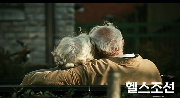 [헬스조선]75년 동안 연구 결과, 가장 행복한 삶을 산 사람들은 그들이 의지할 가족과 친구와 공동체가 있는 사람들이었다.