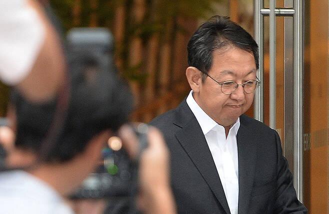 감찰 내용을 유출한 혐의로 검찰 수사를 받고 있는 이석수 특별감찰관이 지난 8월29일 오후 서울 종로구 청진동 특별감찰관실을 나서고 있다.  공동취재사진