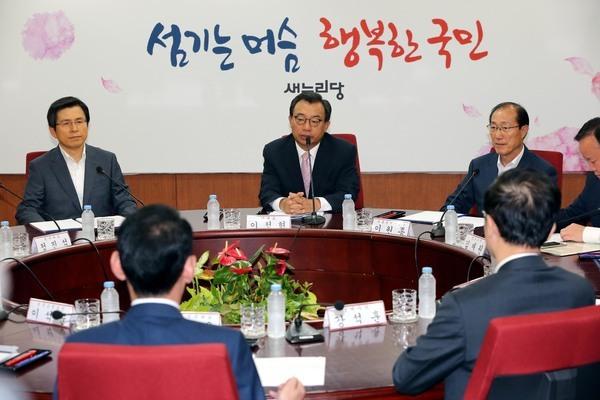 황교안 국무총리(왼쪽 첫번째)가 8월25일 여의도 새누리당사에서 열린 당·정·청 회의에 참석해 이정현 대표(왼쪽 두번째)의 발언을 듣고 있다. 강창광 기자 chang@hani.co.kr