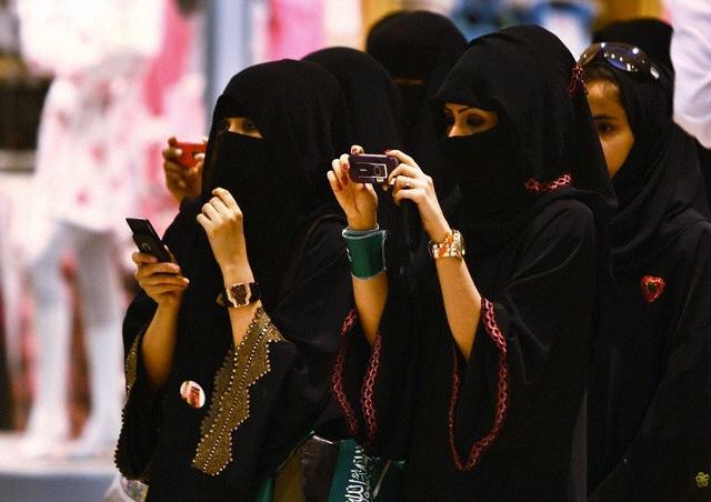 사우디아라비아의 여성들이 눈을 제외한 온 몸을 가리는 무슬림 전통복장인 아바야를 입은 채 사진을 사진을 찍고 있다. 최근 사우디에선 '남성 보호자 제도'의 폐지를 포함한 여성 인권 운동이 활발하다. 플리커