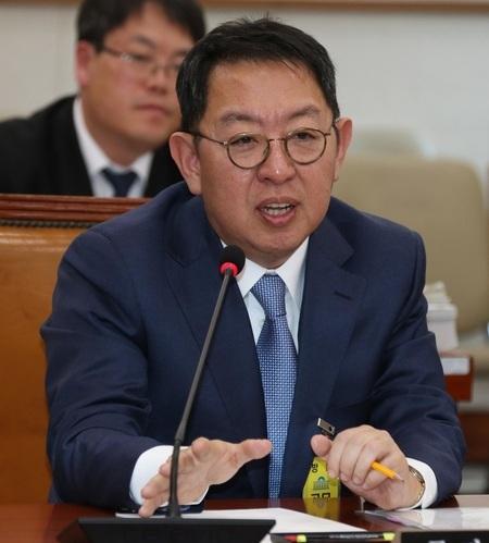 2015년 3월24일 국회 법제사법위원회에서 열린 인사청문회에서 의원들의 질의에 답하고 있는 이석수 특별감찰관. 이정우 선임기자 woo@hani.co.kr