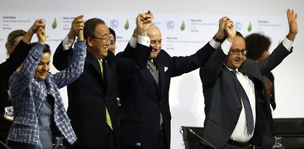 파리기후 협정 체결 직후 반기문 유엔 사무총장(왼쪽에서 두번째)과 프랑수아 올랑드 프랑스 대통령(오른쪽에서 첫번째) 등이 손을 맞잡고 기뻐하고 있다.