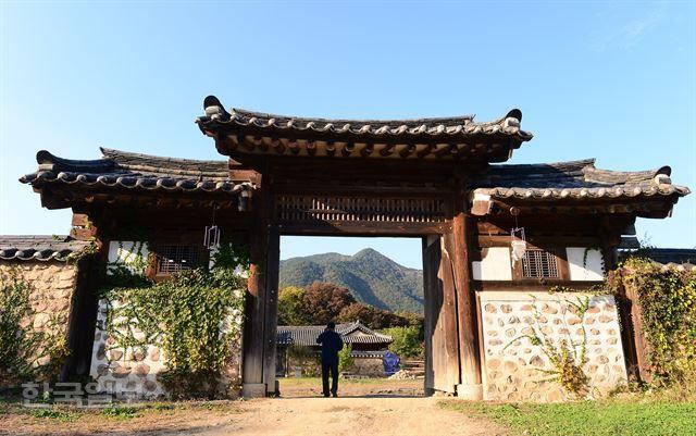 자리 선택부터 건축과정에 이르기까지 궁궐양식을 적용했다.