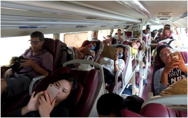 슬리핑 버스 내 현지인과 외국인의 이분화. 현지인은 편히 누워 스마트폰에 열중하고, 외국인은 심각한 얼굴로 주변을 기웃거린다.