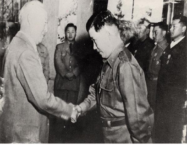 ⓒ연합뉴스 이승만 대통령으로부터 훈장을 받은 김창룡 특무대장(오른쪽).
