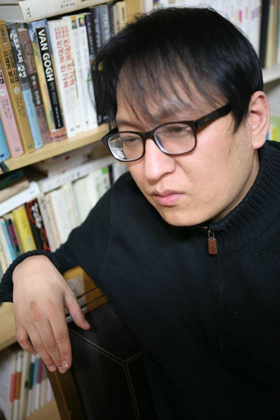 박진성 시인. 문학과지성사 제공