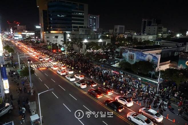 12일 제주도민 2000여 명이 제주시청 앞 도로에서 촛불집회 후 행진하는 모습. 최충일 기자