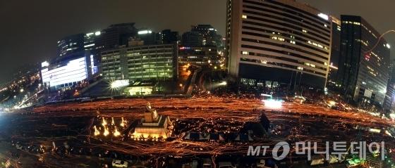 박근혜 대통령 퇴진을 요구하는 5차 촛불집회가 열린 26일 촛불을 든 시민들이 서울 광화문 광장과 시청광장 일대를 출발해 청와대로 향하고 있다. /사진=사진공동취재단