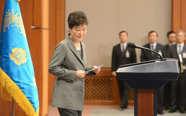 박근혜 대통령이 지난달 29일 청와대 춘추관 대브리핑실에서 제3차 대국민담화를 발표하고 있는 모습.  고영권기자