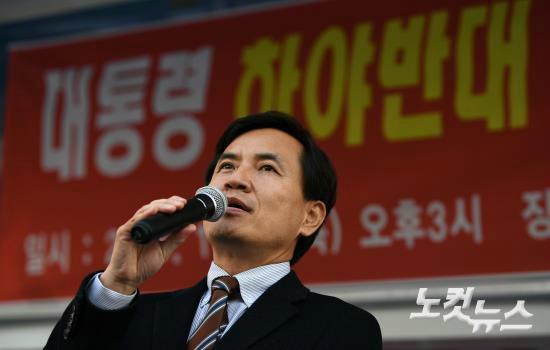김진태 새누리당 의원이 지난달 17일 오후 서울역광장에서 열린 '대통령 하야반대 및 국가안보를 위한 집회'에서 인사말을 하고 있다. (사진=이한형 기자)