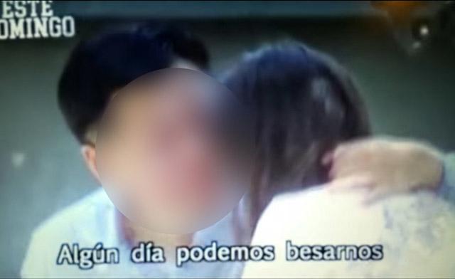 ▲ 칠레 시사 프로그램 <엔 수 프로피아 트람파(En su propia trampa)>의 방영 예고편. 해당 외교관(왼쪽)이 여성에 강제적으로 신체 접촉을 시도하고 있다.