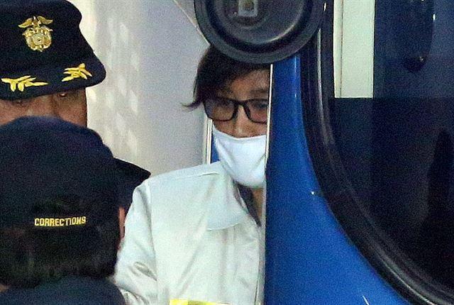 박근혜 대통령과 공모해 국정을 농단한 혐의 등으로 기소된 '비선 실세' 최순실(60)이 지난 19일 서울중앙지법에서 열린 첫 재판에 참석하기 위해 호송차에서 내리고 있다.  김주성기자