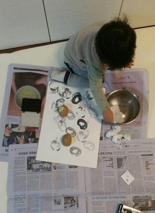장난감에 관심 보이지 않는 아이에게 감자를 잘라 도장을 만들어 내밀었다. 다행히 관심을 보여 한시름 놓는다. 한겨레 이승준 기자