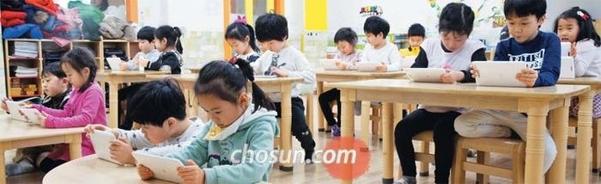 지난 3월 경기도 화성시의 한 사립유치원에서 유치원생들이 코딩 수업을 받고 있다. 태블릿 PC로 진행되는 수업이 신기한지 화면을 뚫어져라 쳐다보고 있다. /김지호 기자