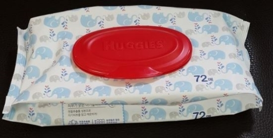 [사진설명=인체에 해를 끼칠 수 있는 메탄올이 허용기준 이상 들어간 것으로 확인된 유한킴벌리의 물휴지 제품 중 하나.]