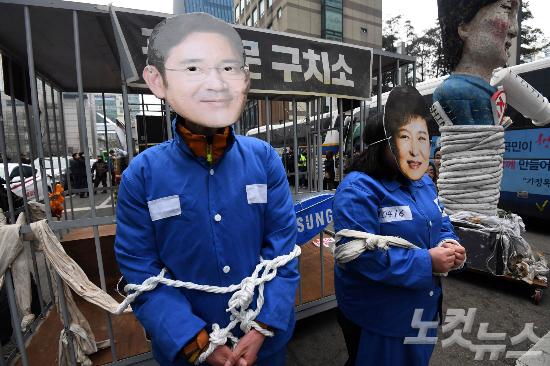 4일 오후 서울 서초동 삼성전자 서초사옥 앞에서 열린 '박근혜 퇴진-이재용 구속' 촉구 집회 참가자들이 구호를 외치고 있다. 황진환기자