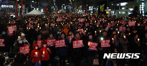 【광주=뉴시스】신대희 기자 = 11일 오후 광주 동구 금남로에서 박근혜 퇴진 시민운동본부 주관 15차 광주시국촛불대회가 열리고 있는 가운데, 시민들이 촛불을 들고 있다. 2017.02.11.    sdhdream@newsis.com