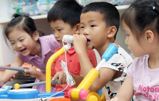 25일 서울 영등포구 영등포구청 별관에 문을 연 신세계·이마트 희망 장난감도서관에서 어린이들이 장난감 삼매경에 빠져 있다./사진제공=뉴스1