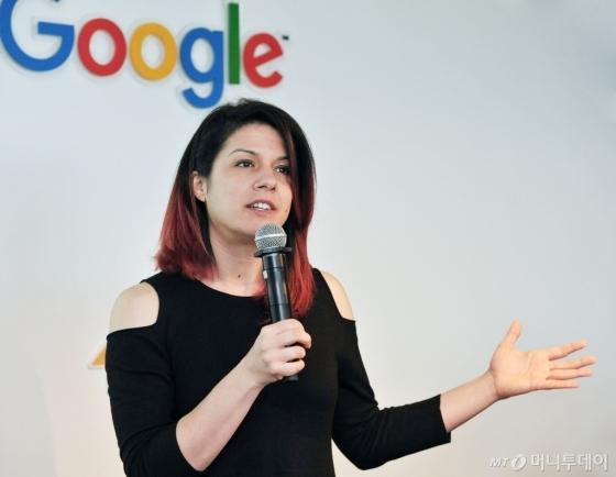 13일 역삼동 구글코리아에서 진행된 '구글 특별 포럼: 인터넷과 보안- Wild Web에서 살아남기'에서 파리사 타브리즈(Parisa Tabriz) 구글 엔지니어링 디렉터가 인터넷 보안 관련 강연을 하고 있다./ 사진=구글코리아