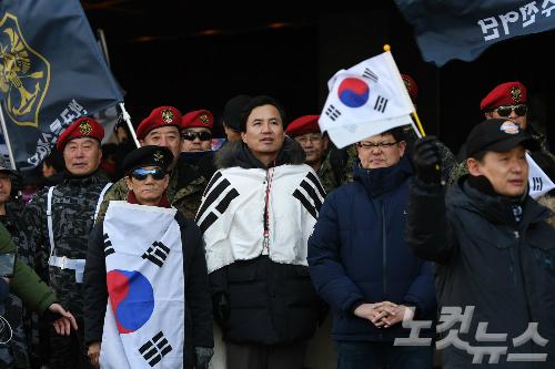 군복 입은 보구 단체 회원들이 김진태 의원과 함께 탄핵반대 집회에 참석하고 있다. (사진=이한형 기자)