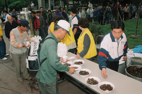 1998년 10월 무료급식소를 찾은 실직자들.  경향신문 자료사진
