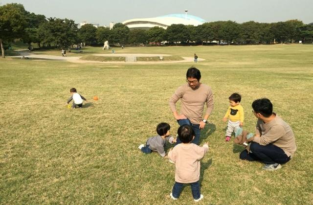 지난해 가을 평일 낮에 서울 송파구 올림픽공원에 <한겨레> 기자 아빠들과 그 아이들이 모였다. '기이한(?)' 이 모임은 꾸준히 이어지고 있다. 이승준