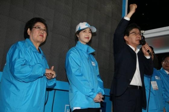 유승민 바른정당 대선후보가 4월26일 오후 서울 마포구 지하철 홍대입구역 앞에서 딸 유담과 함께 유세를 하고 있다./사진=이동훈 기자